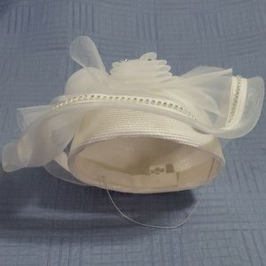 """unknown Accessories - DERBY HAT SUPER CUTE AND SPARKLY WHITE SZ 7.5"""" 👀"""